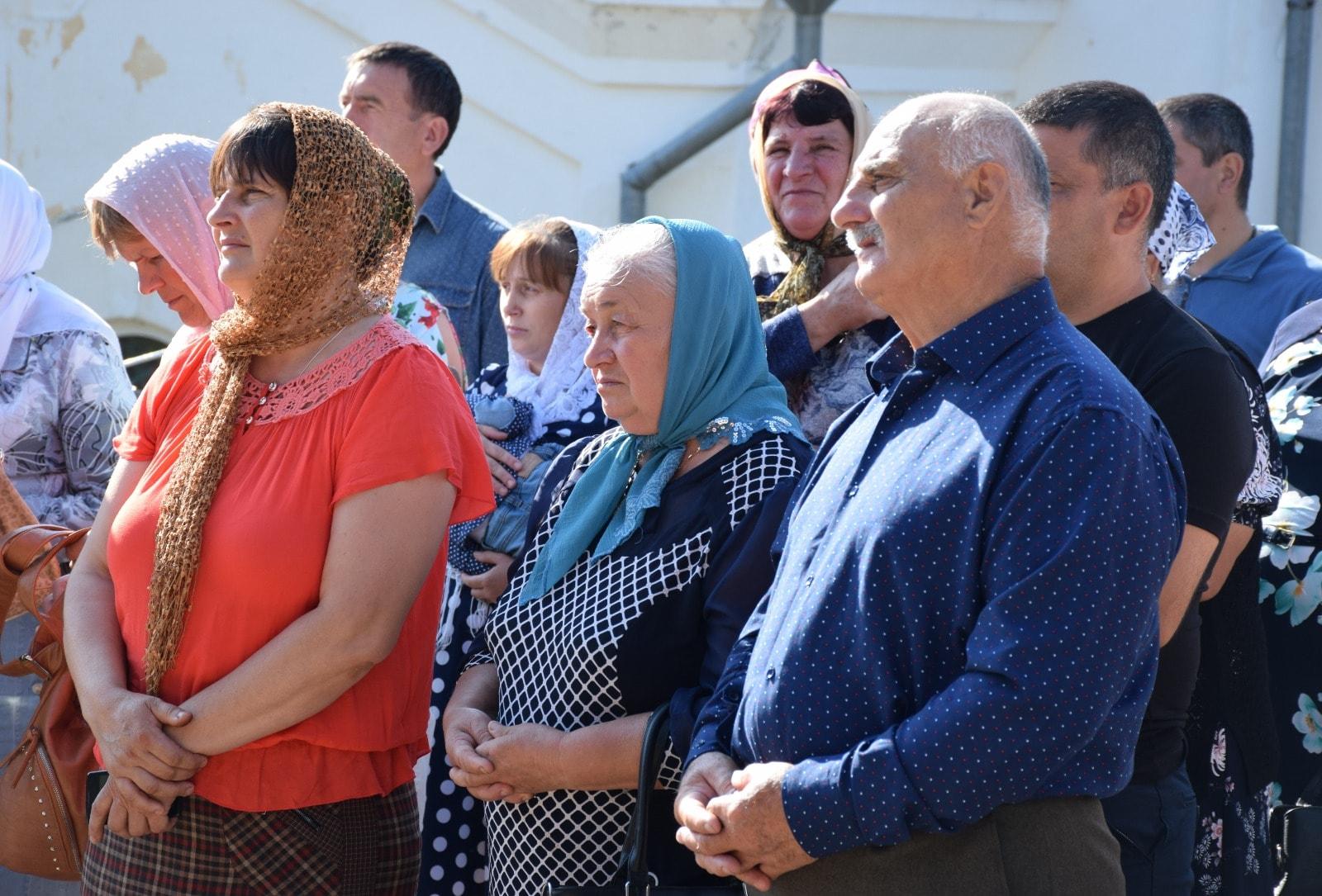 Без масок, носпоцелуями. Вмонастыре Хирова десятки людей вместе сглавой Оргеевского района собрались наслужбу (ФОТО)