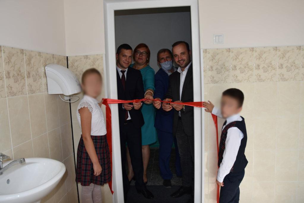 Вселе Рышканского района торжественно открыли школьный туалет. Были красная ленточка, хлеб-соль идепутат от ПСРМ (ФОТО)