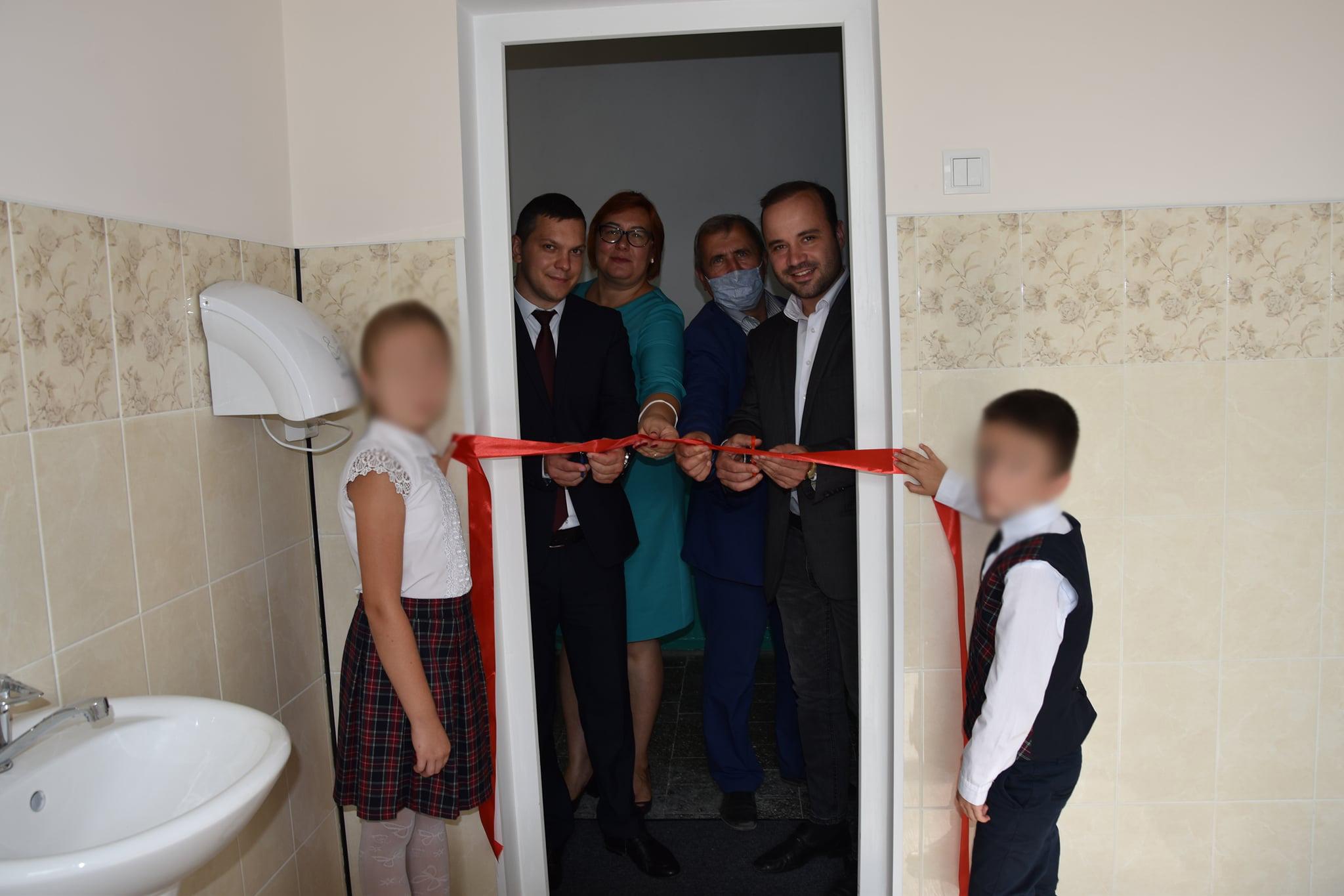 Toaletă inaugurată de președintele de raion, primar și un deputat. Cum comentează socialistul Vladimir Mizdrenco fotografia care a devenit virală?