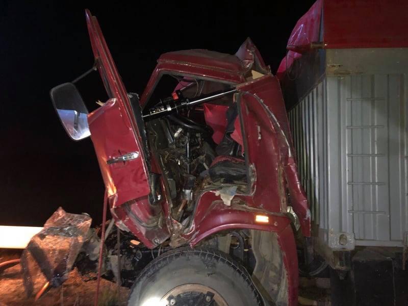 FOTO Un bărbat a rămas blocat între fiarele unui camion, după ce s-a tamponat frontal cu un automobil