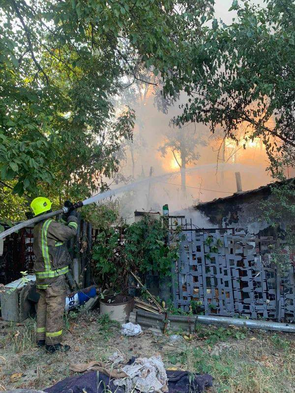 O casă din capitală a fost făcută scrum, în urma unui incendiu. Trei echipaje de pompieri au luptat cu focul