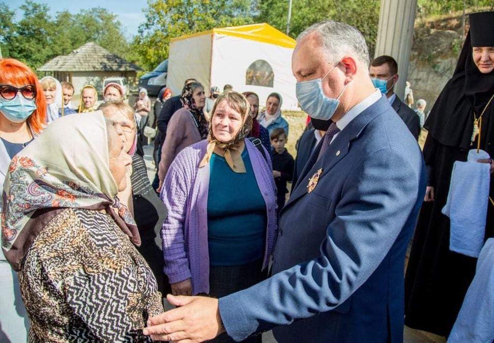 """Liturghie cu peste 100 de participanți la o mănăstire din Nisporeni. Igor Dodon le-a urat tuturor """"sănătate"""" (FOTO/VIDEO)"""