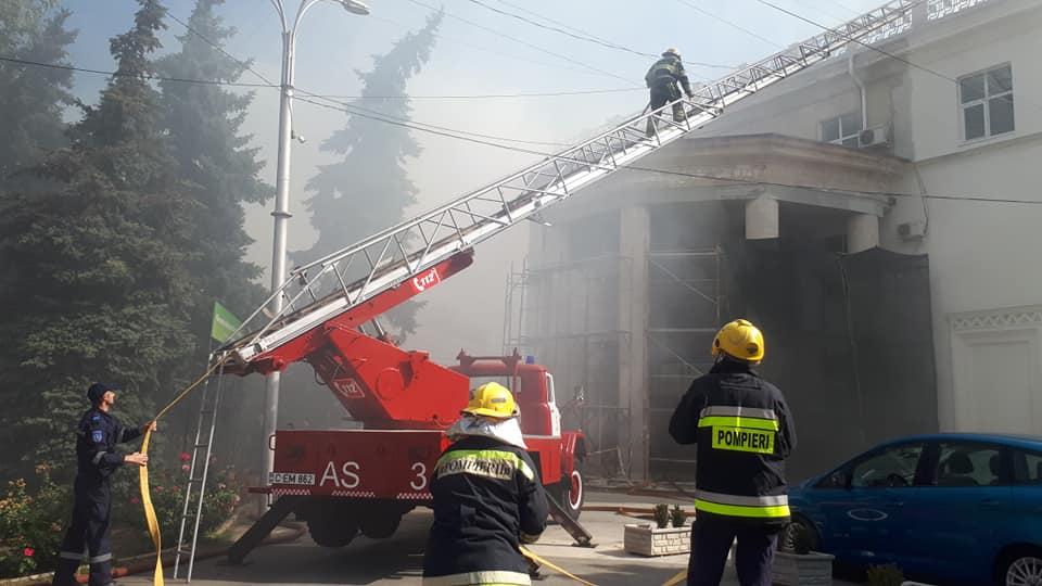 UPDATE Incendiu în centrul capitalei. Acoperișul Filarmonicii Naționale a fost cuprins de flăcări (FOTO)