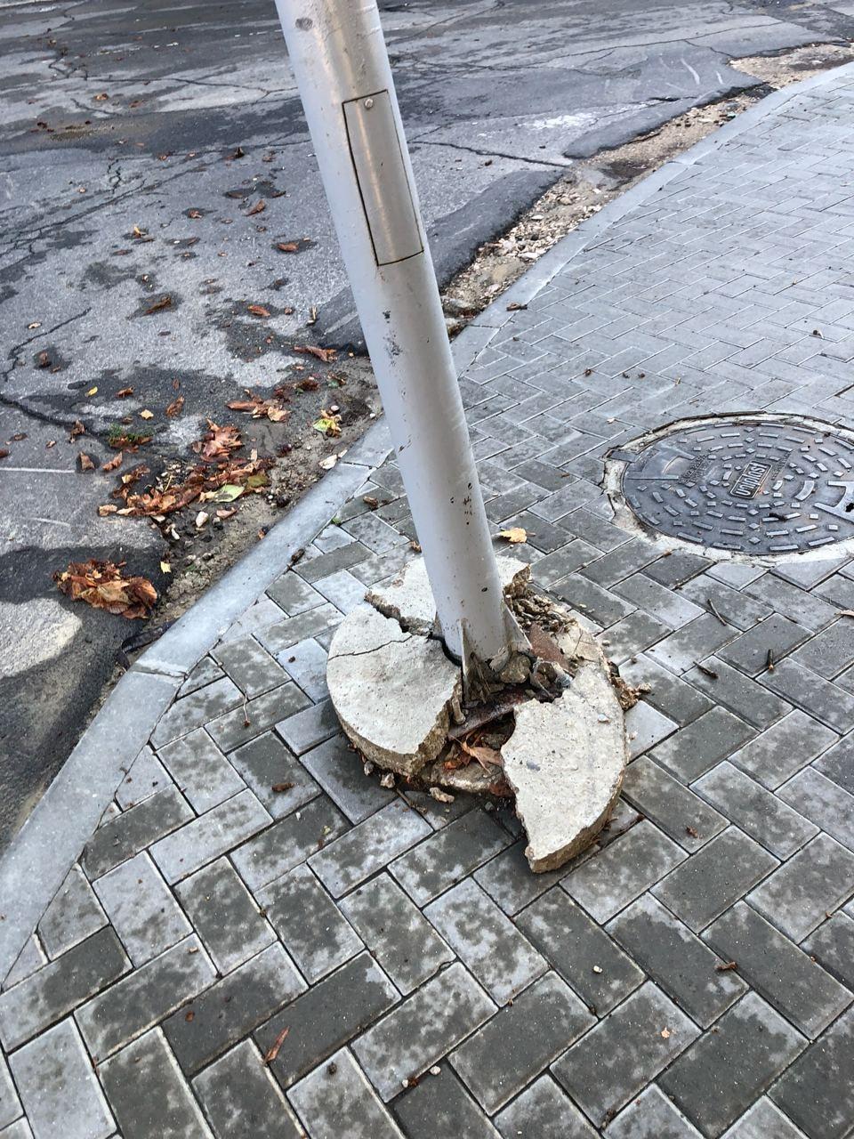 Размытые дороги, упавшие деревья. ВКишиневе устраняют последствия дождя иветра (ФОТО)