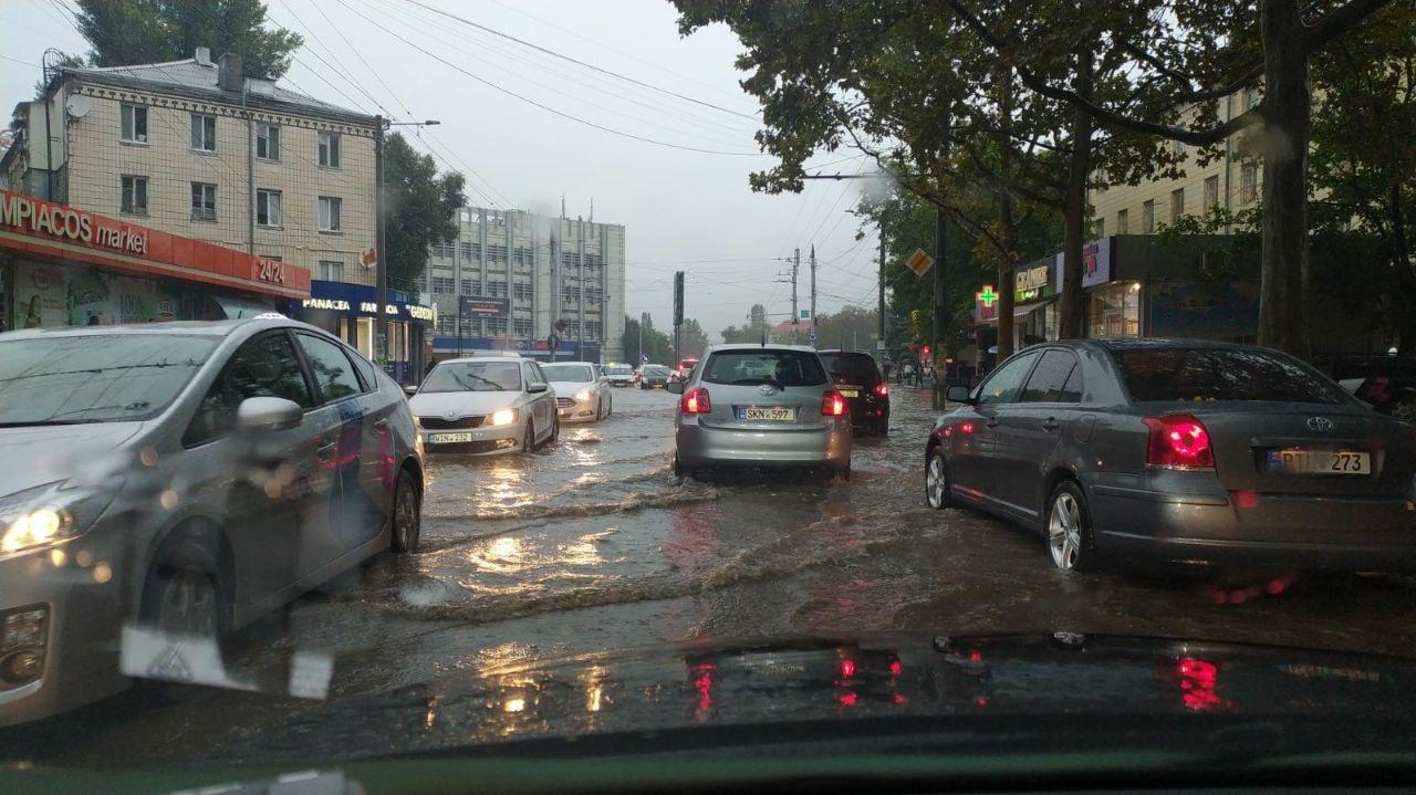 Circa 30 de autospeciale şi utilaje şi peste 70 de muncitori, mobilizați din cauza ploii. Cele mai afectate străzi din capitală