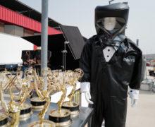 Ведущих премии «Эмми» оденут взащитные костюмы-смокинги