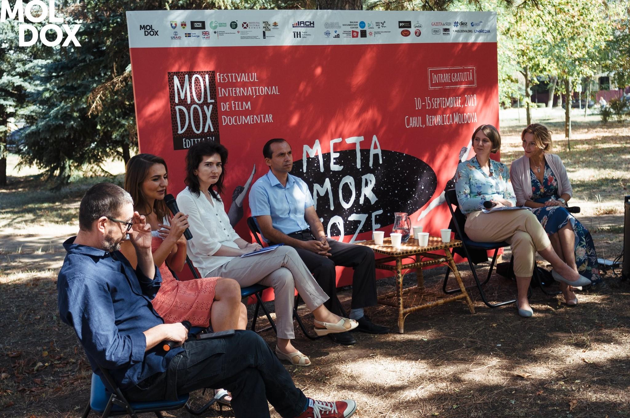 """Cum filmul transformă provincia moldovenească? Maxim Cârlan, despre festivalul """"Moldox"""", semințe de floarea soarelui și autocenzură în Moldova. Interviu NM"""