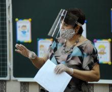 Кто должен платить за маски и дезинфектанты в школах? В минпросвете ответили на жалобы родителей и учителей