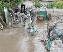 Militarii Armatei Naţionale au venit în ajutor pentru lichidarea consecințelor inundațiilor de la Comrat (FOTO)