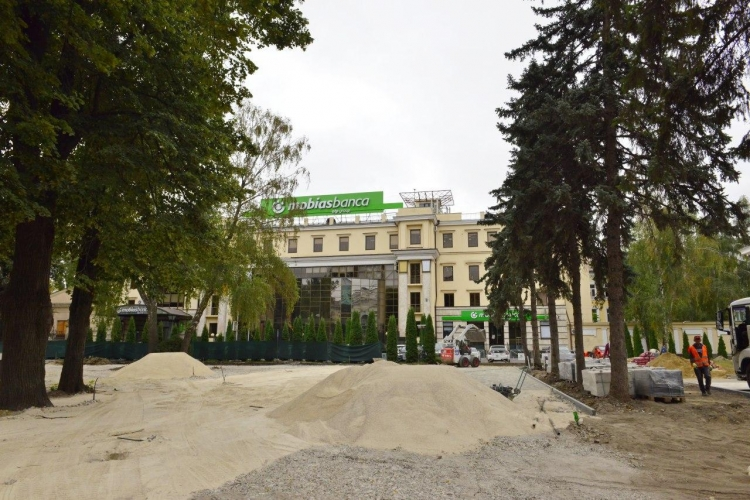 Сквер у театра Еминеску закончат ко Дню города. Как идет работа (ФОТО)