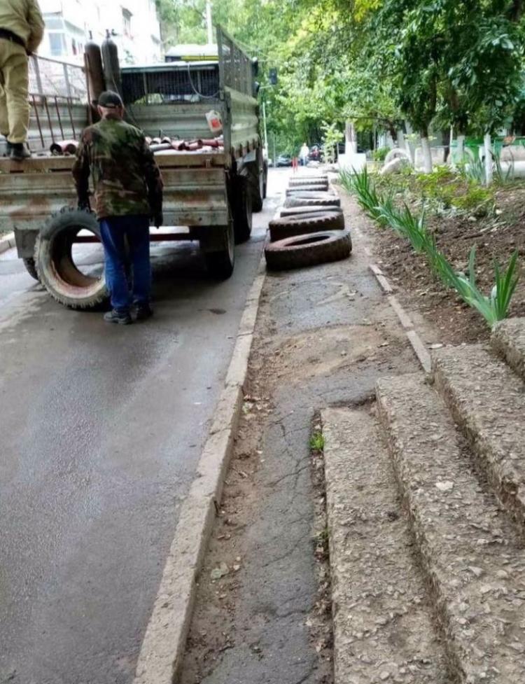 ВКишиневе продолжают демонтировать незаконные парковочные барьеры (ФОТО)