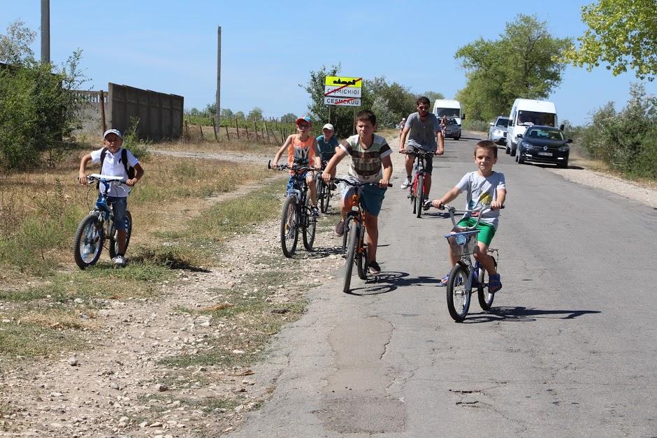 (FOTO) A lăsat veșmintele de preot și a urcat pe bicicletă. Cum prăznuit un cleric din Găgăuzia o sărbătoare religioasă