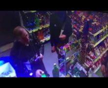 В Сынжерейском районе пьяные мужчины с оружием зашли в магазин на заправке (ВИДЕО)