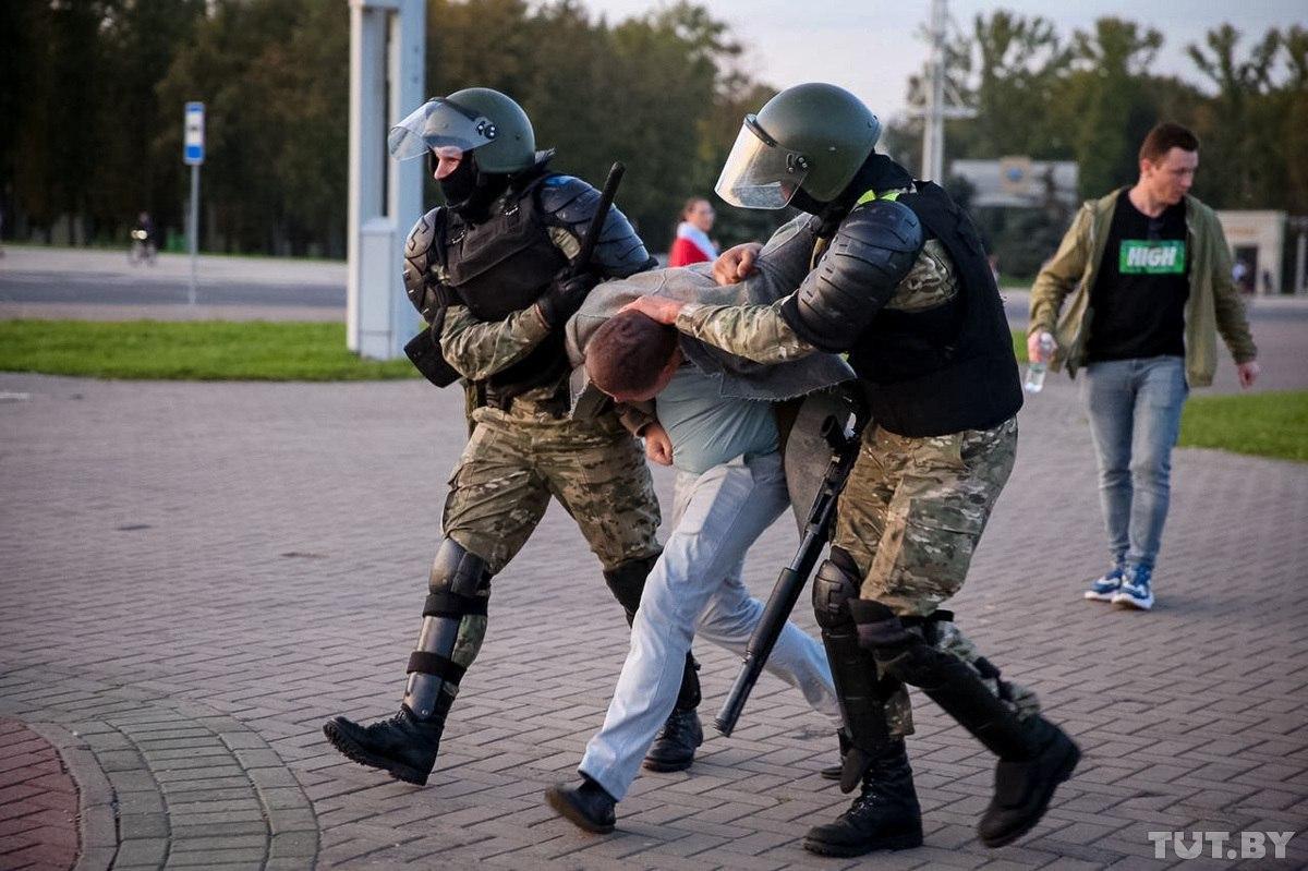 Proteste la Minsk, după învestirea lui Lukașenko. Poliția a recurs la tunuri cu apă și a început să rețină manifestanții (VIDEO)