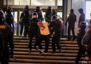ВМинске участников акции протеста начали разгонять водометами изадерживать (ВИДЕО)