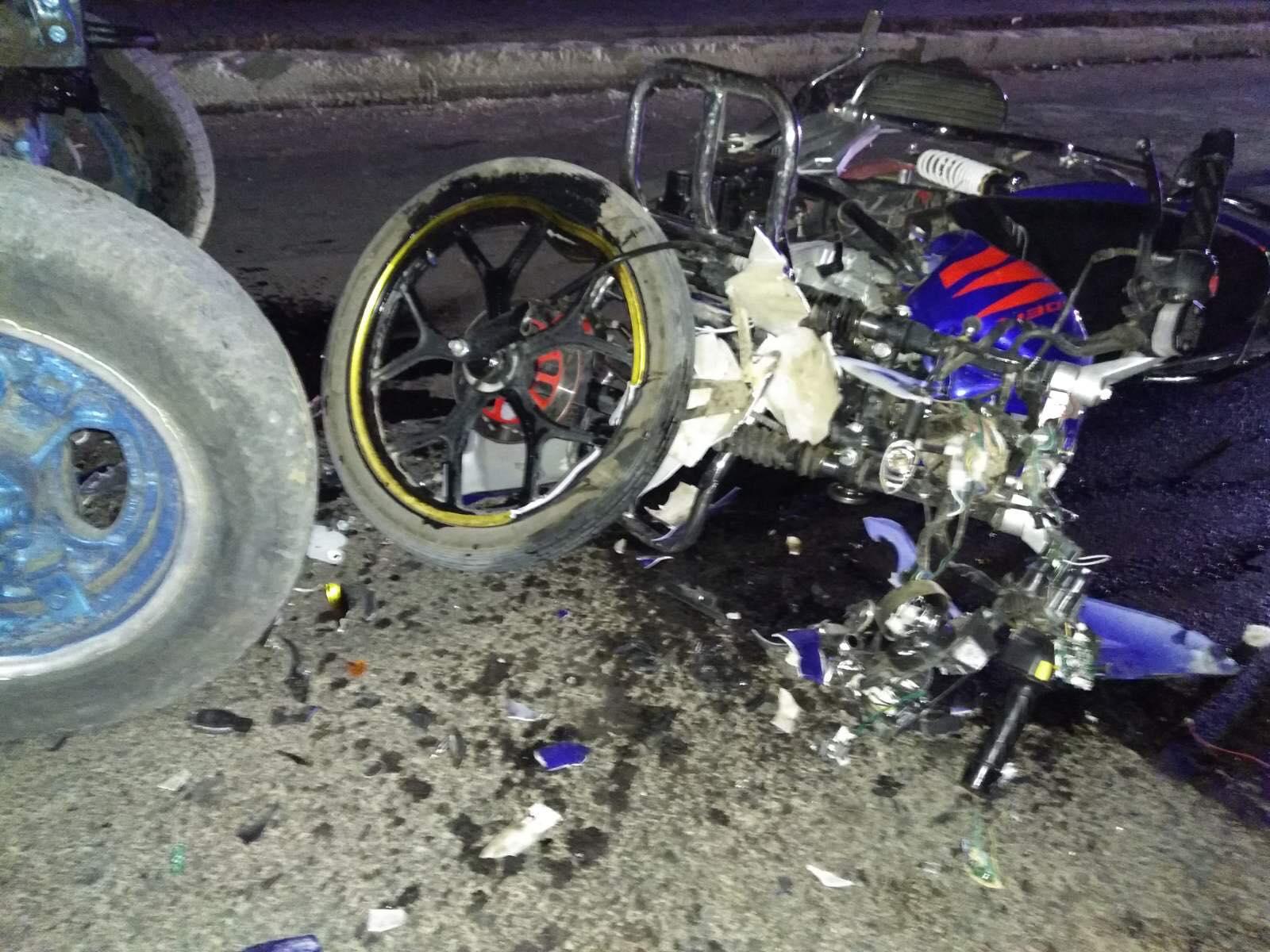(FOTO) Accident grav la Ștefan Vodă. O fată de 18 ani a murit, după ce motocicleta cu care se deplasa s-a izbit de un tractor, care circula pe contrasens