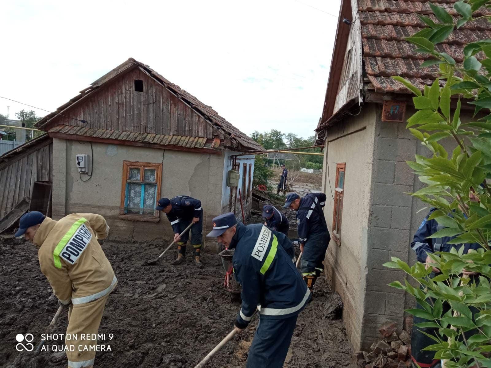 La Comrat continuă lucrările de lichidare a inundațiilor. 155 de oameni, mobilizați (FOTO/VIDEO)