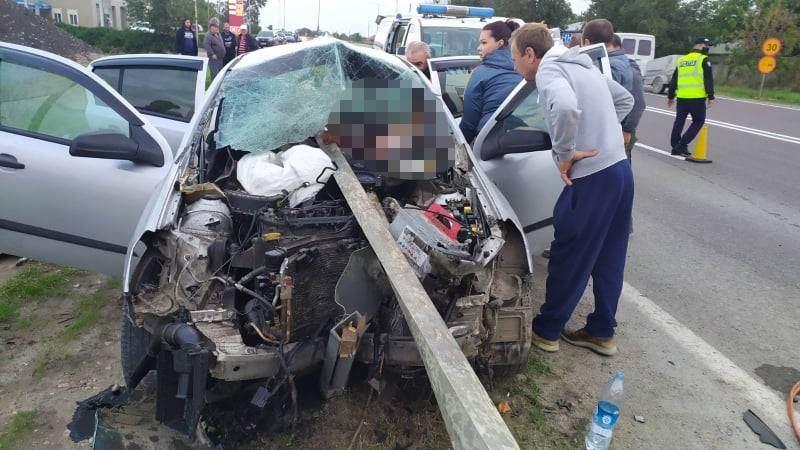 Descarcerare la Telenești. Un șofer a rămas blocat între fiarele mașinii (FOTO)