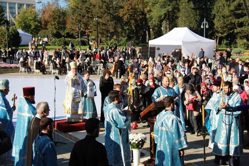 Flori în ghiveci și icoane pentru medici. Zeci de oameni au sărbătorit hramul capitalei în scuarul Catedralei. Unii fără măști (VIDEO)