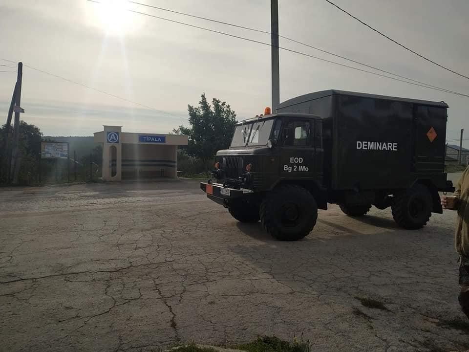 Ialoveni: Două proiectile de artilerie au fost descoperite de un localnic la marginea unei păduri (FOTO)