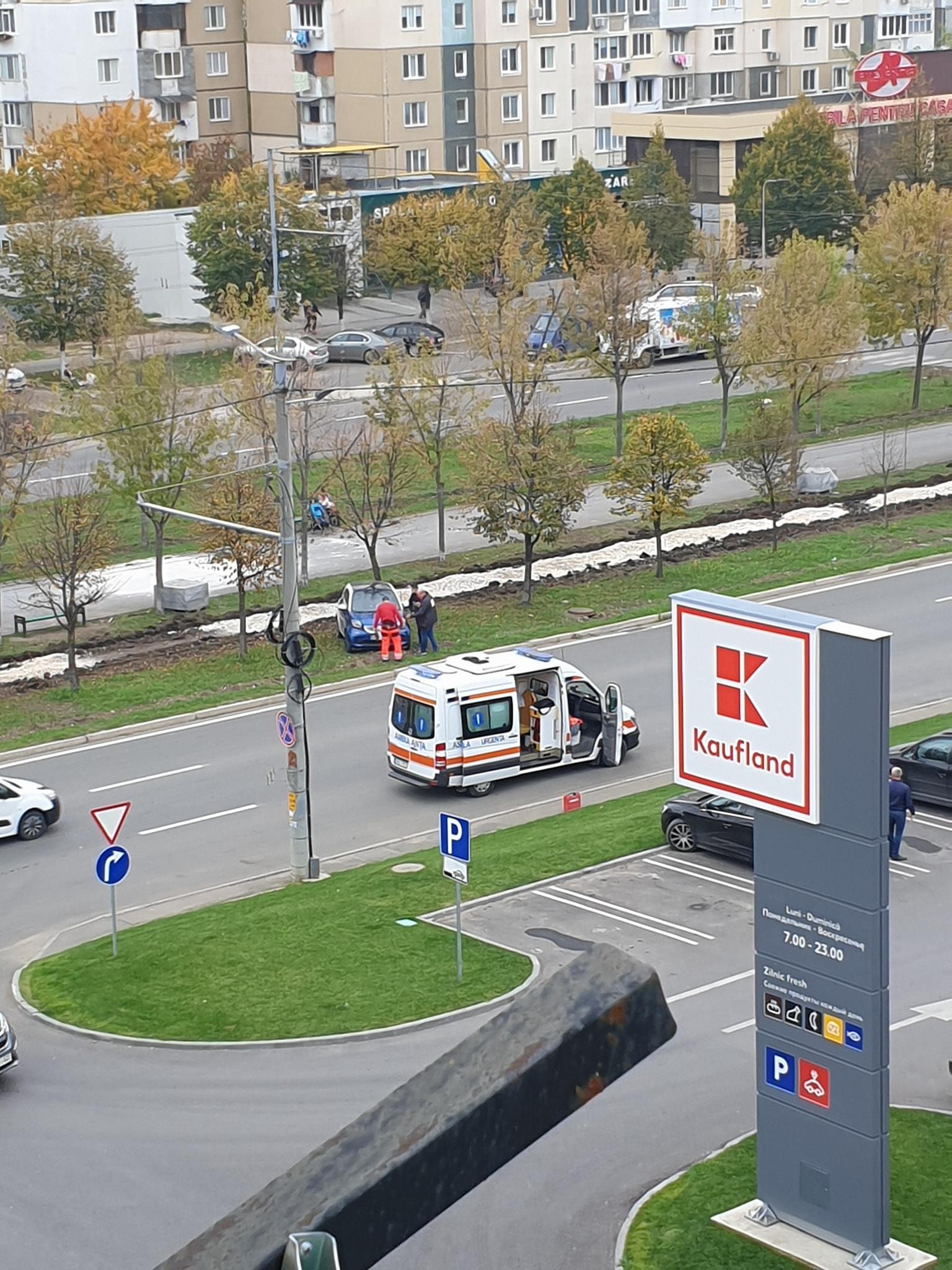 O femeie a fost lovită de o mașină fără șofer pe bulevardul Mircea cel Bătrân din capitală (FOTO)