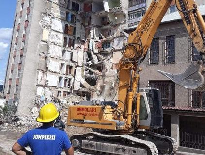 ВАтаках начали сносить аварийную девятиэтажку (ФОТО)