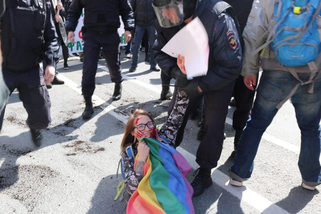 Первомайское шествие в Петербурге, 2017. Задержание ЛГБТ-активистки.
