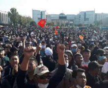 ВКиргизии люди вышли напротест. Ихразгонали светошумовыми гранатами иводометами