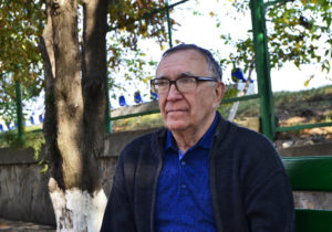 """""""El i-a numit pe copiii noștri draci. – Păi, ei și sunt draci!"""" Istoria unui profesor de fizică din Moldova, care de o jumătate de secol învață copiii și a învățat singur limba română"""