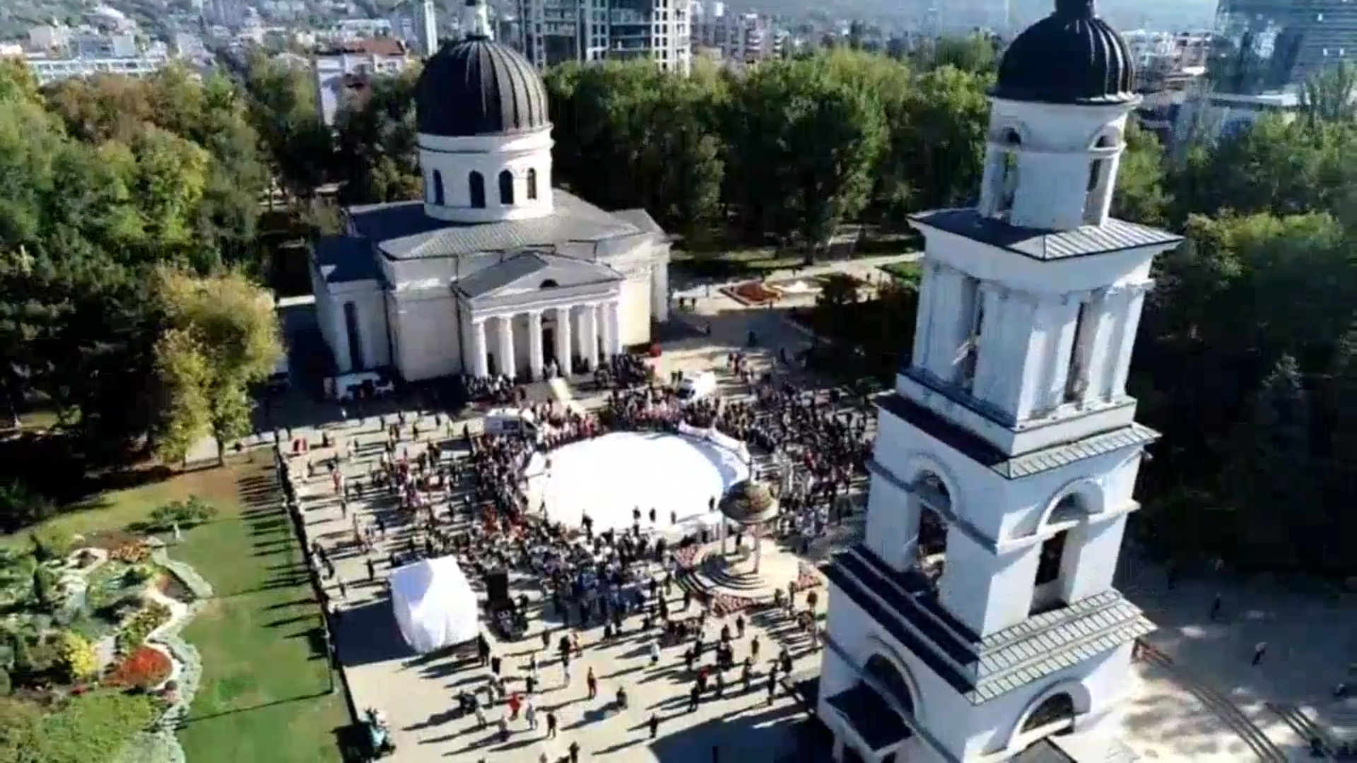 Церковная служба, танцы, врачи сиконами иникакой социальной дистанции. ВКишиневе отпраздновали День города (ФОТО/ВИДЕО)