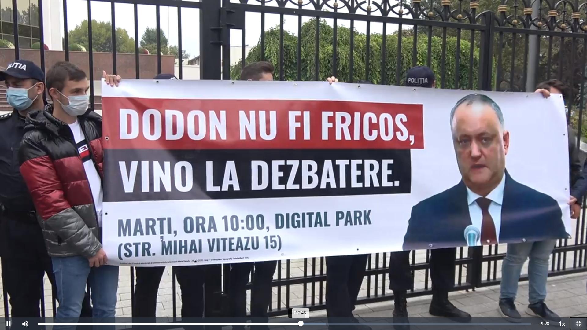 Susținătorii PAS au venit la președinție ca să îl cheme pe Igor Dodon la dezbateri. Poliția nu i-a lăsat să pună un banner pe gard (VIDEO)