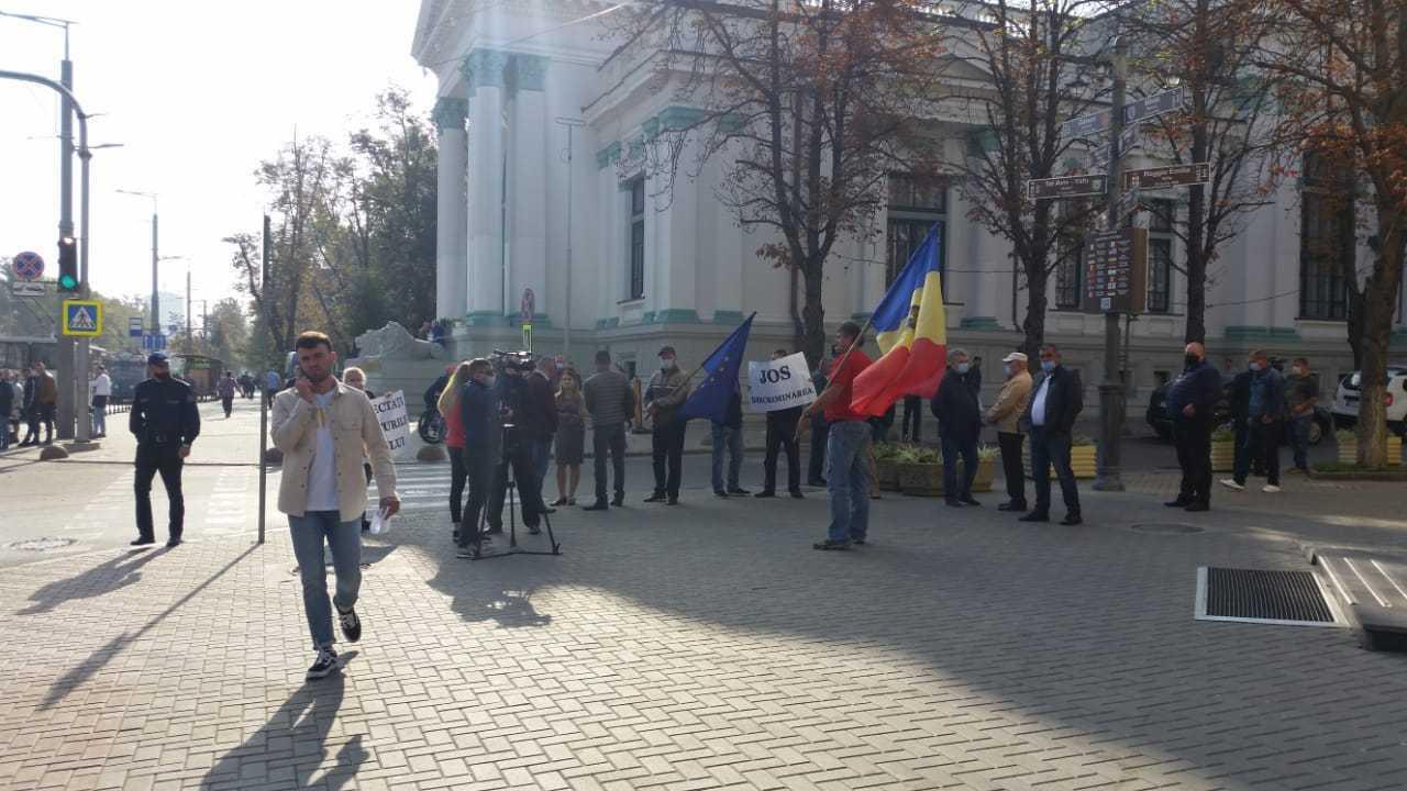 (VIDEO) Veteranii de război au protestat în fața primăriei. Ce spune viceprimarul Ilie Ceban