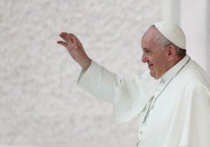 """""""Homosexualii au dreptul să fie parte a unei familii"""". Papa Francisc a anunțat că susține parteneriatul civil între persoanele de același sex"""