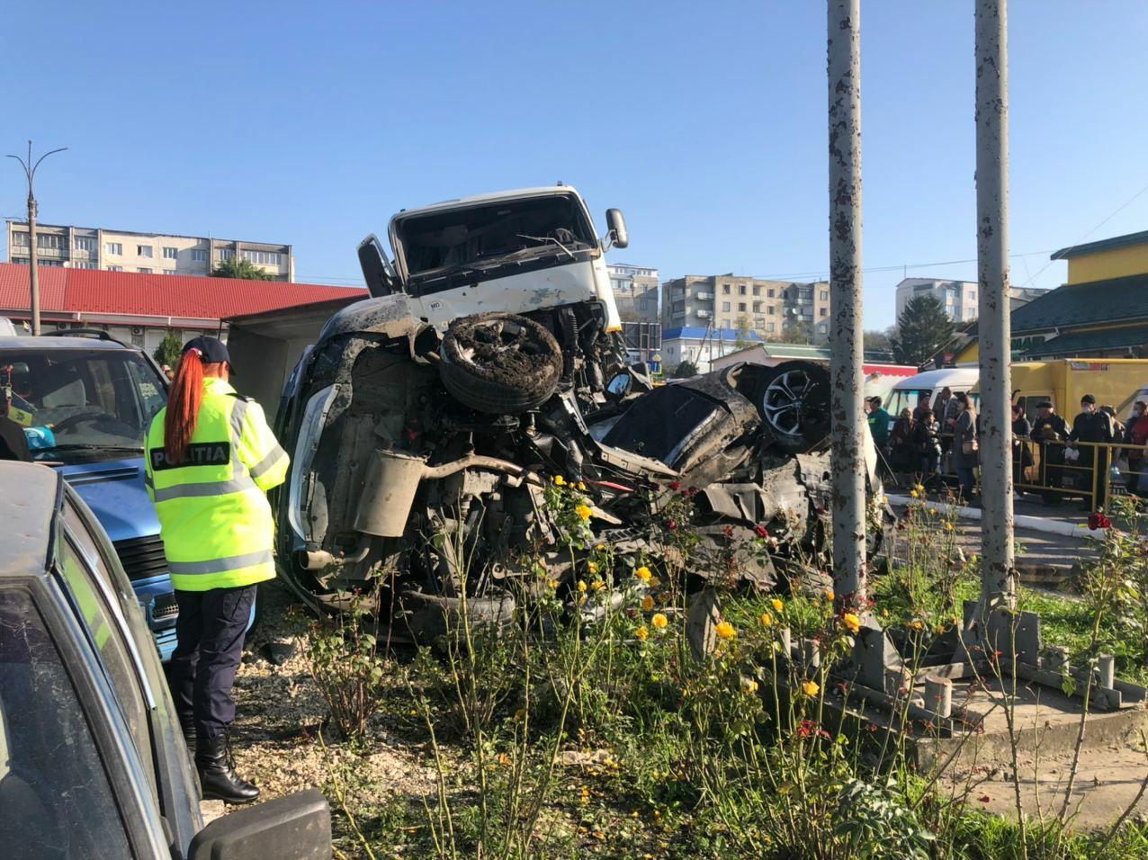 Un tractor plin cu pietriș a accidentat 4 autoturisme, în raionul Briceni. Au fost rănite mai multe persoane (FOTO)