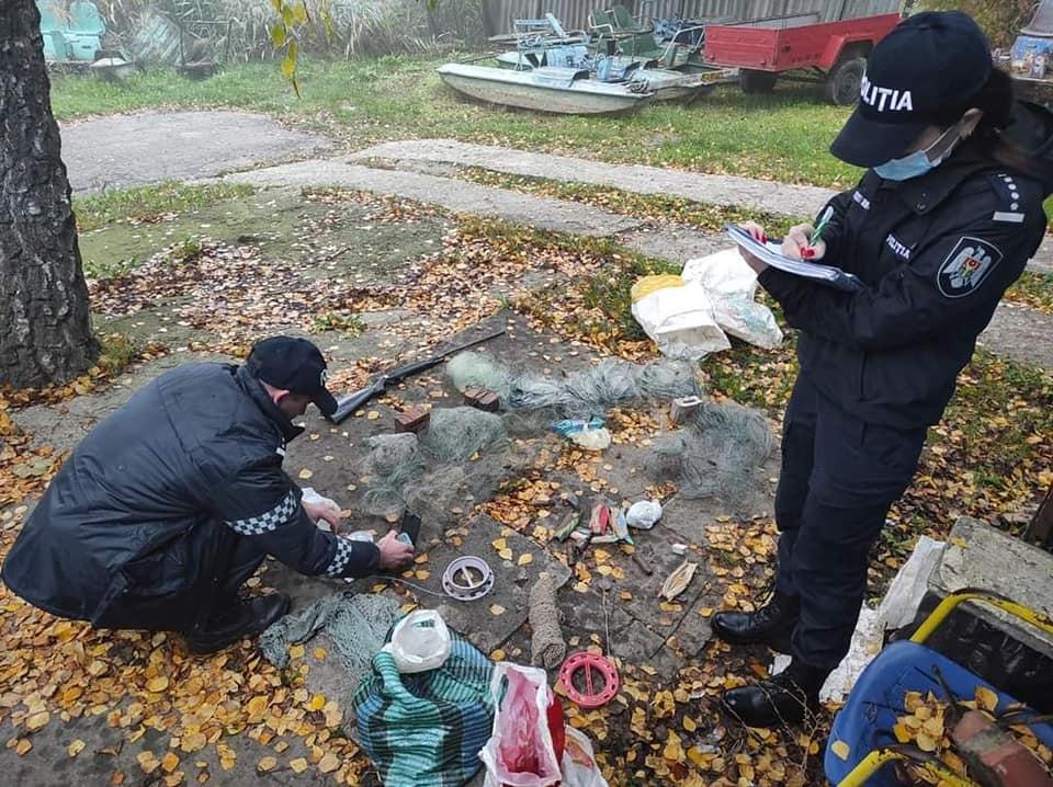 Пистолет, сети, мешки для рыбы. ВКишиневе впарке LaIzvor появились браконьеры (ФОТО)