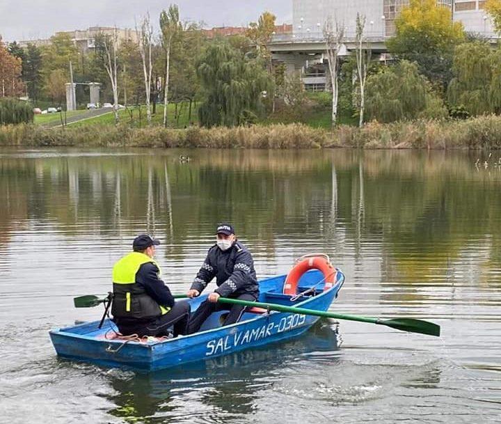 """O armă, plase, și pungi cu hrană pentru pește. În parcul """"La Izvor"""" din Chișinău au apărut braconieri (FOTO)"""