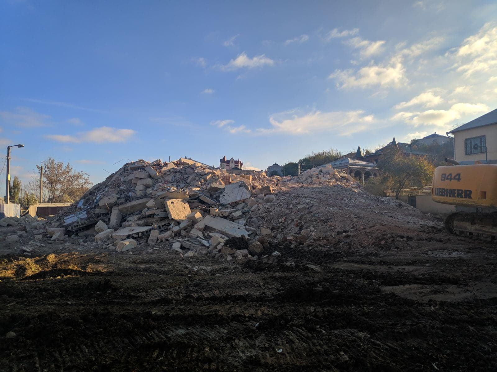 ВАтаках полностью снесли полуразрушенный многоэтажный дом (ФОТО)