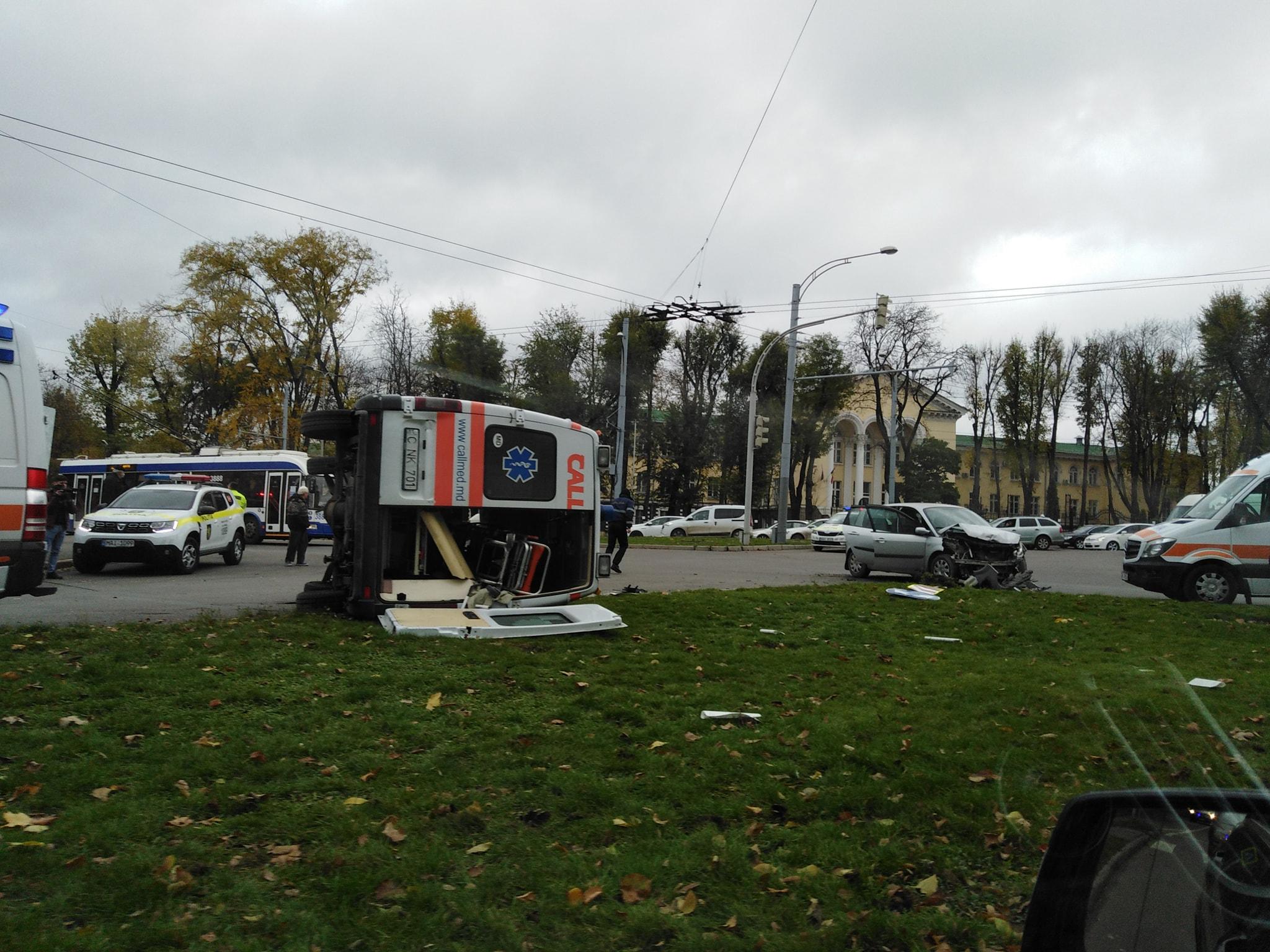 O ambulanță s-a răsturnat în capitală, după ce s-a lovit de o altă mașină. O femeie și un copil au avut de suferit (FOTO)
