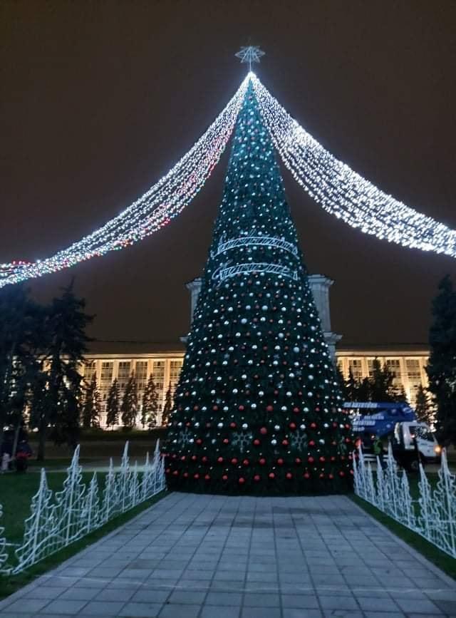Iarna, tot mai aproape. Capitala a îmbrăcat straie de sărbătoare (FOTO)