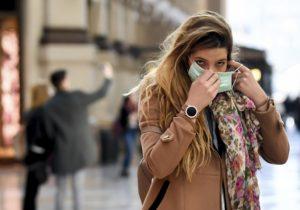 În Franța, guvernul a interzis purtarea măștilor confecționate acasă în public