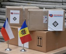 Чехия передала Молдове партию масок изащитных костюмов для медработников