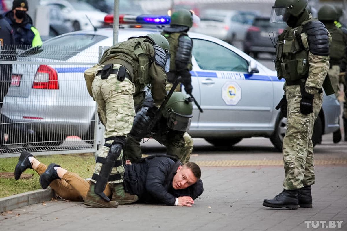 Demonstrație de comemorare a victimelor represiunilor staliniste la Minsk, încheiată cu rețineri și focuri în aer