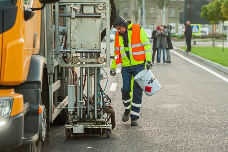 ВКишиневе наулице Албишоара начали наносить дорожную разметку (ФОТО)