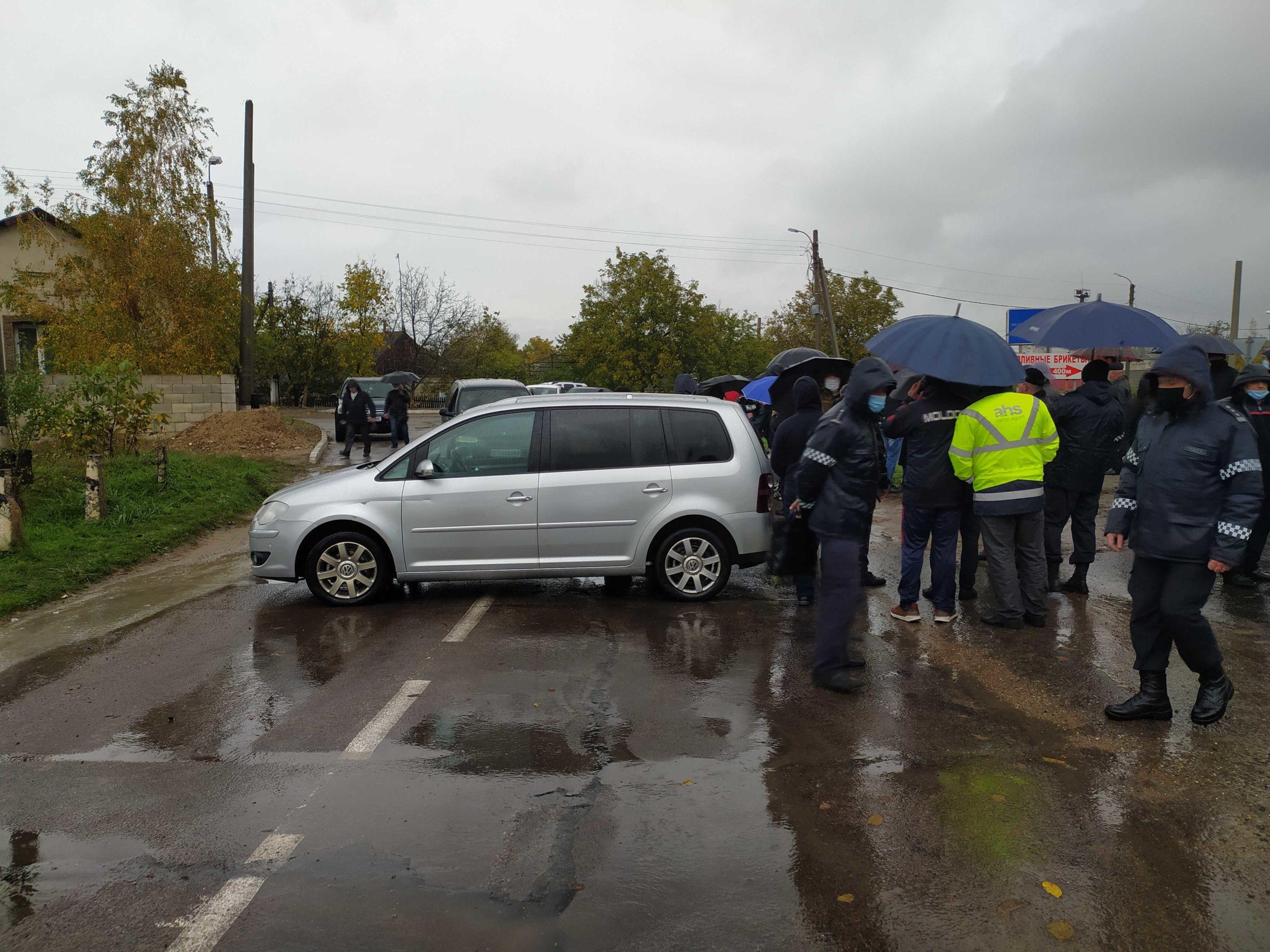 Spirite încinse la Varnița. Deputatul Igor Grosu a blocat circulația transportului cu mașina personală (LIVE NM)