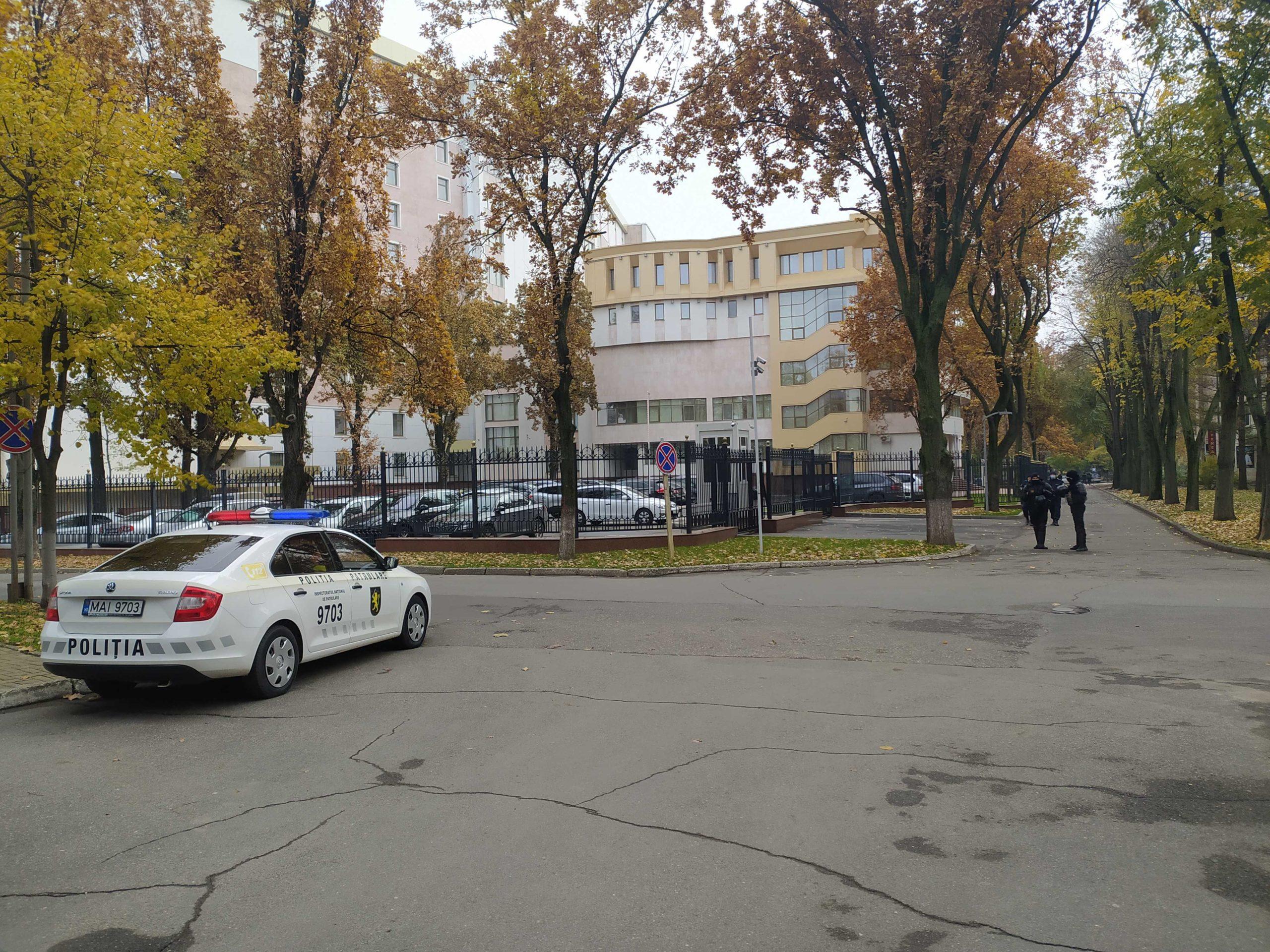 ВКишиневе здание парламента охраняют полицейские икарабинеры (ФОТО)