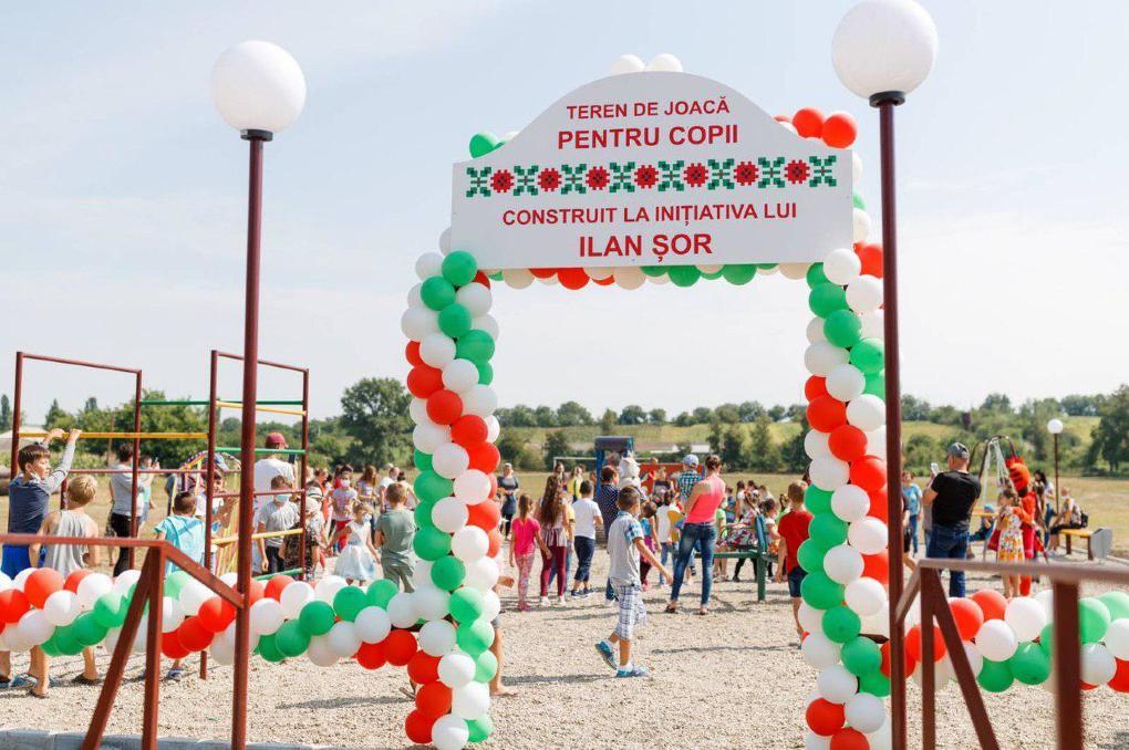 Primăria Căușeni a scos de pe un teren de joacă panoul pe care figura numele deputatului Grigore Repeșciuc