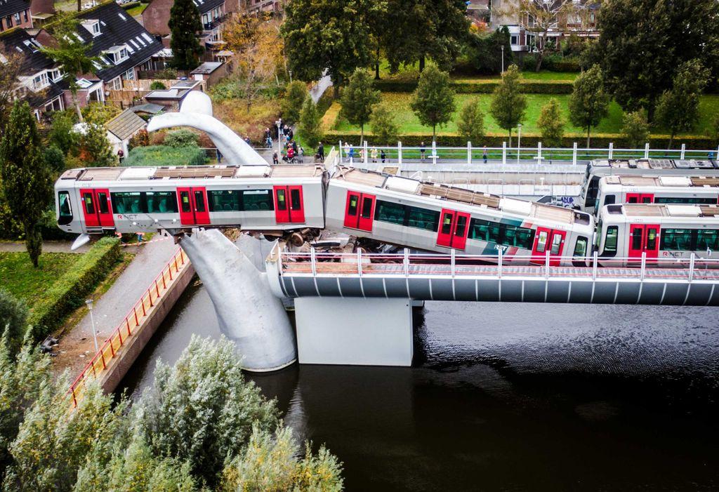 Un tren a rămas suspendat la o înălțime de 10 metri, pe o sculptură (VIDEO)