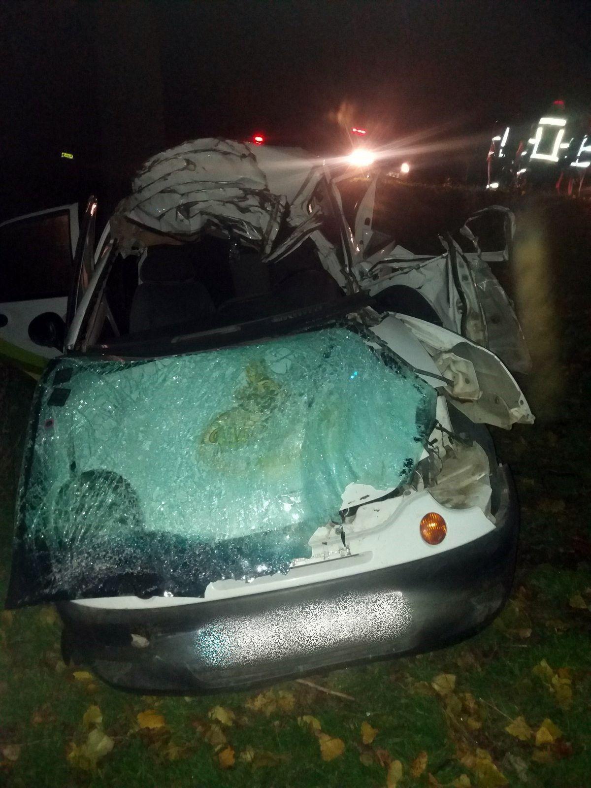 Accident nocturn la Orhei. Doi tineri au murit pe loc, după ce au intrat cu mașina într-un copac (FOTO)