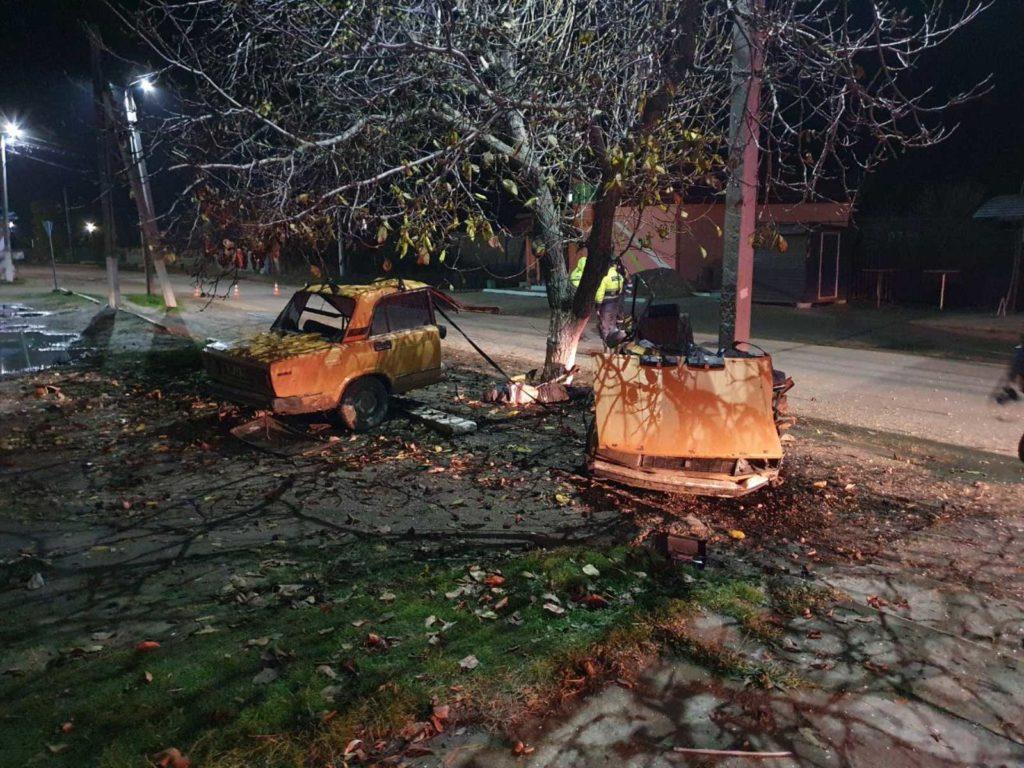 O mașină a fost ruptă în două noaptea trecută în Căușeni. Un tânăr de 22 de ani a murit (FOTO)
