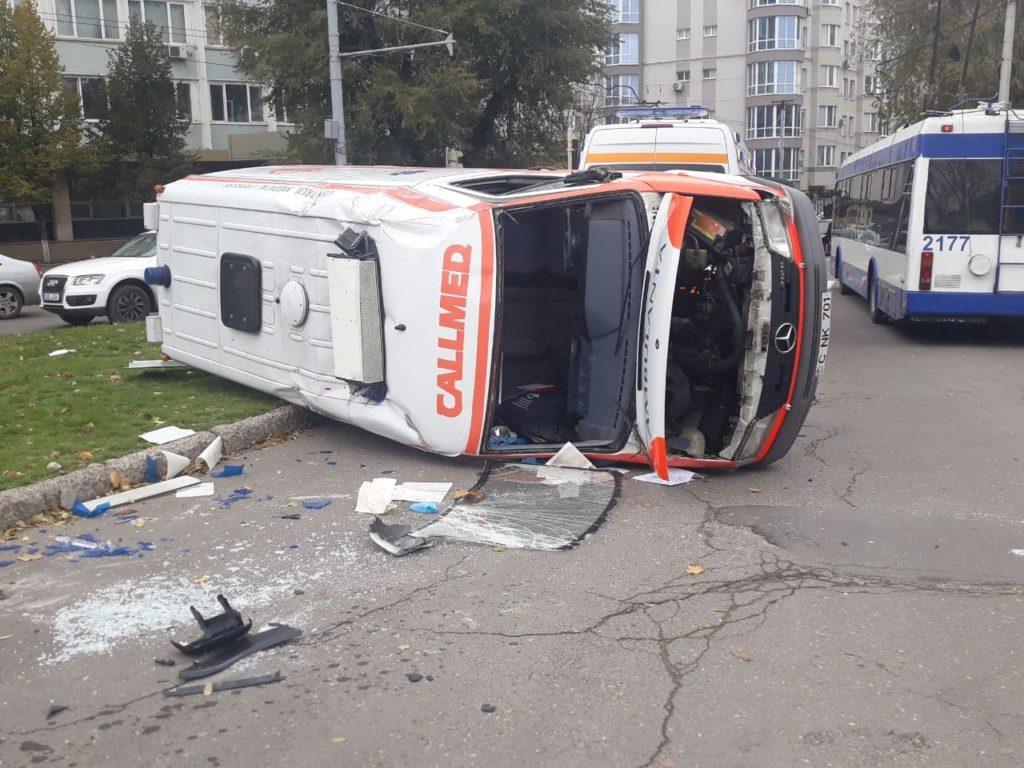 ВКишиневе машина скорой столкнулась слегковым автомобилем иперевернулась. Пострадали два человека (ФОТО)